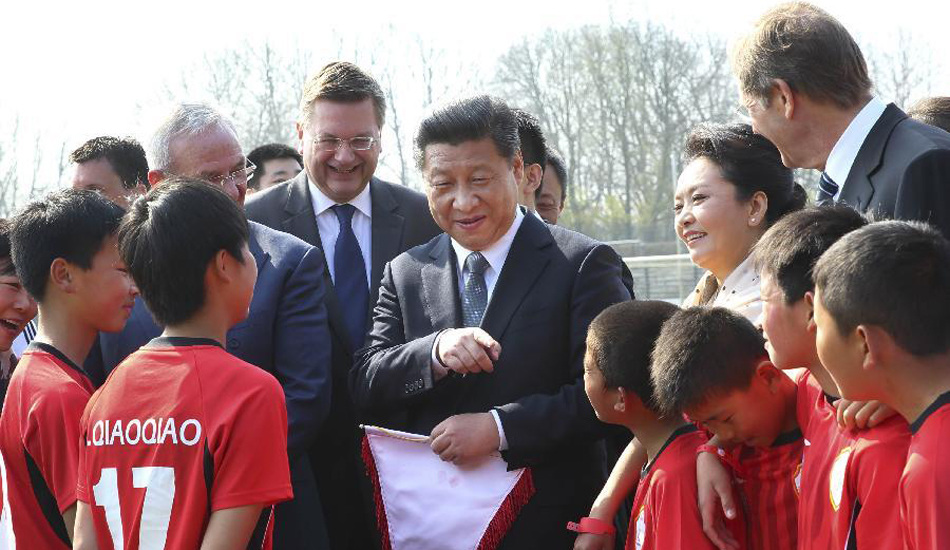 习近平看望在德国训练的中国少年足球运动员