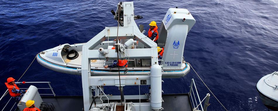 中国海军在南印度洋打捞可疑漂浮物