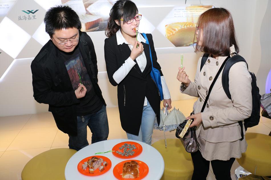 参观者在品尝由金龙鱼原料制作成的豆浆及糕点