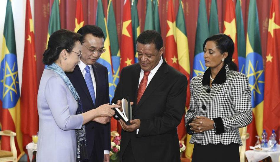 李克强总理夫人程虹向埃塞总统夫妇赠书