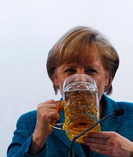 默克尔豪饮啤酒 被淋湿也不生气