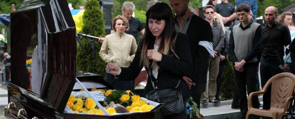 乌克兰基辅民众为冲突中阵亡士兵举行葬礼