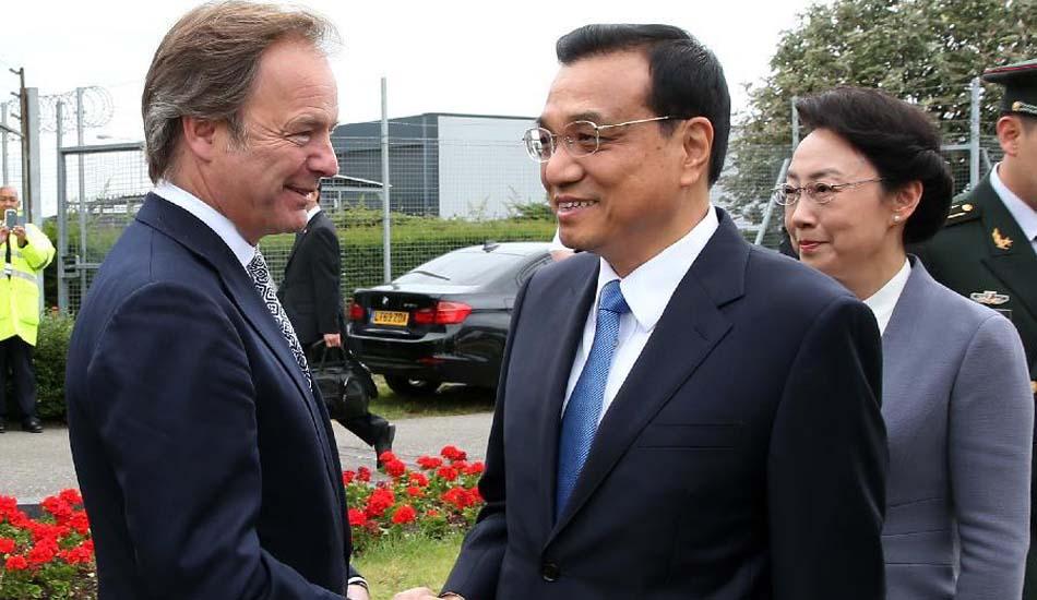 英国政府高级官员到机场迎接李克强总理和夫人