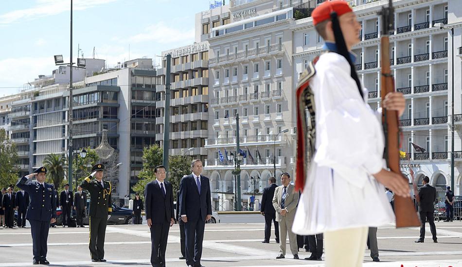 李克强向希腊无名战士纪念碑献花圈