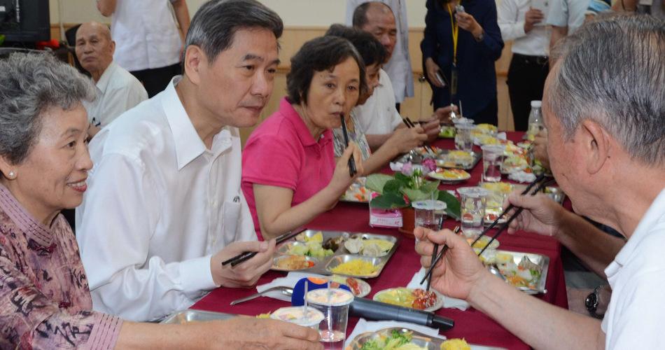 张志军与新北市老人共餐