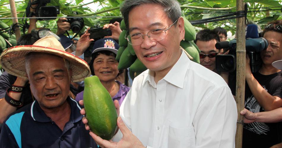 张志军访问高雄杉林区果园试摘木瓜