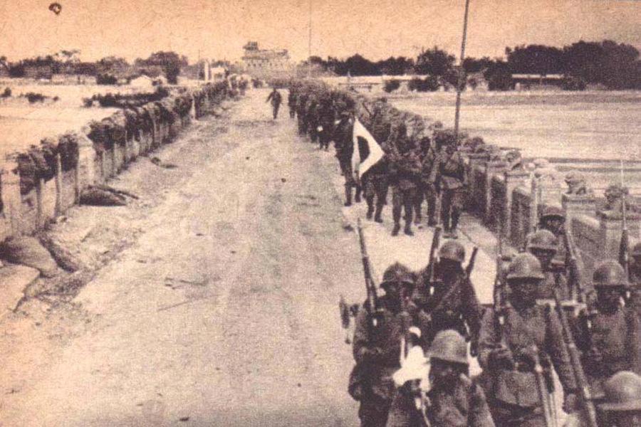 中国军队撤退后,日军通过卢沟桥。
