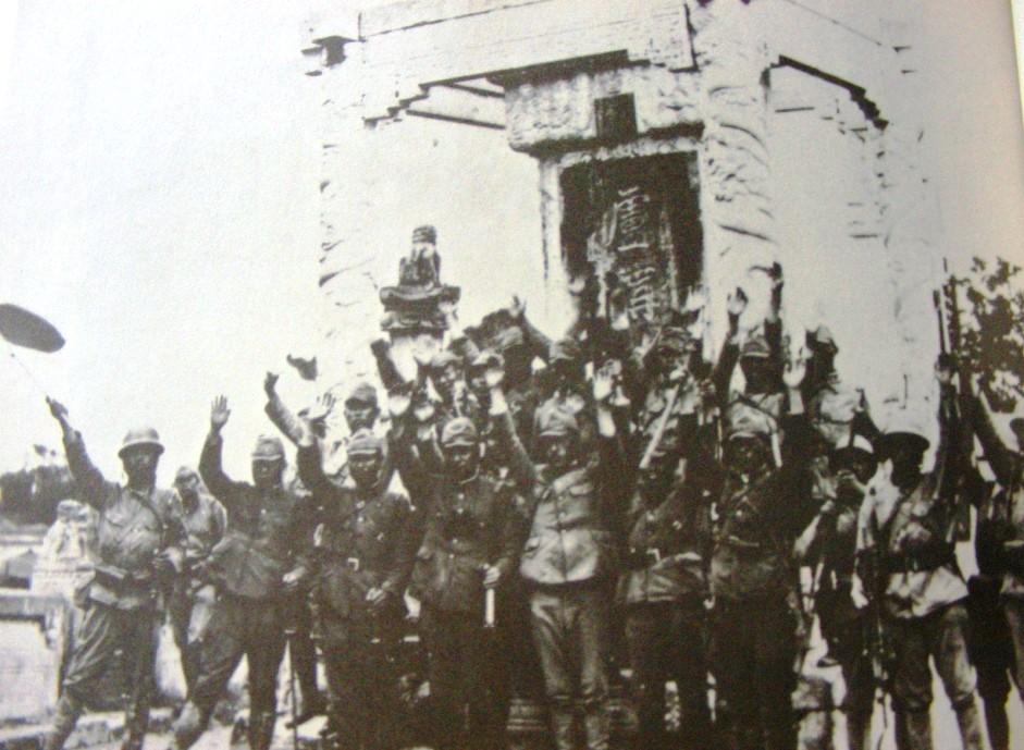 日军在卢沟晓月碑前庆祝胜利