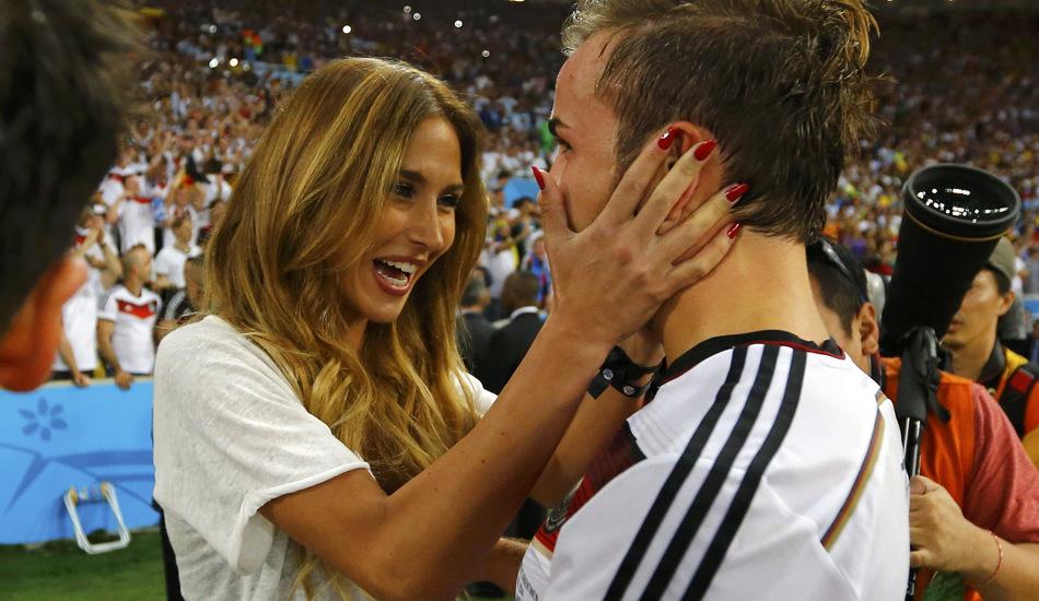 德国队美艳太太团和球员同庆冠军