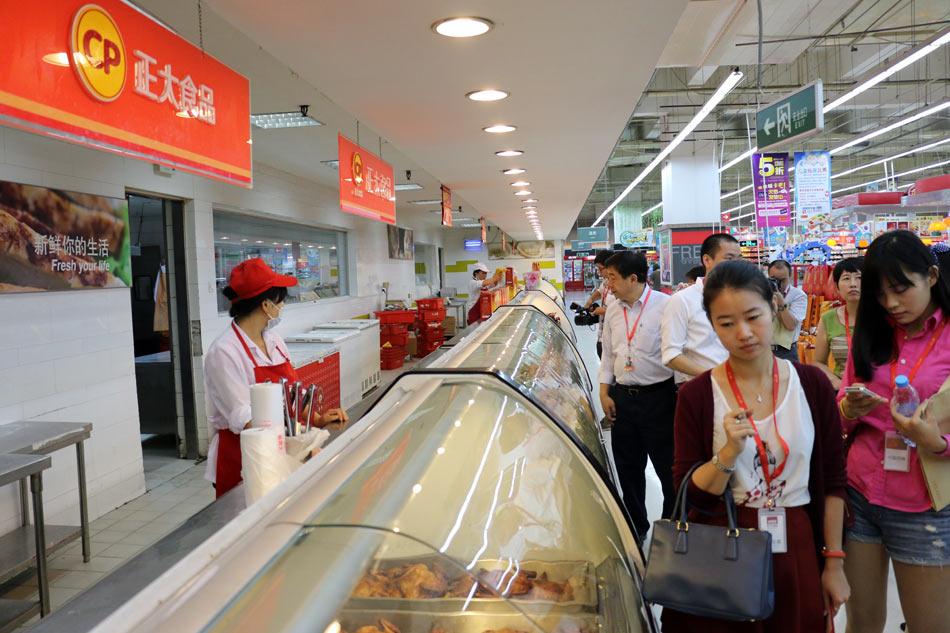 媒体团参观卜峰莲花超市正大食品区 唐文业摄