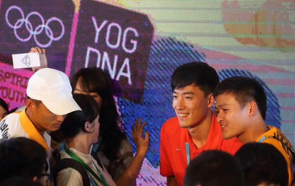 刘翔现身与运动员交流