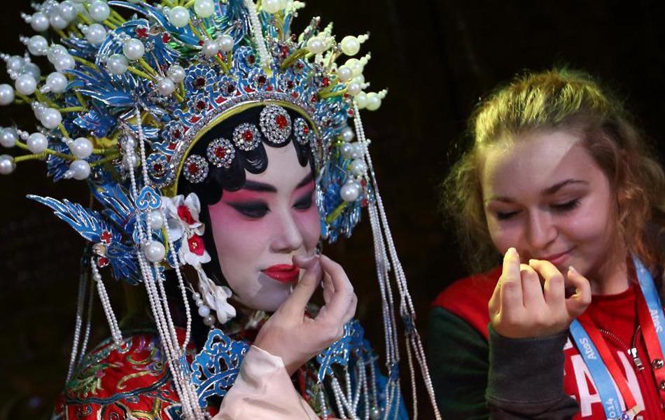 青奥会运动员进戏坊 感受中国传统文化