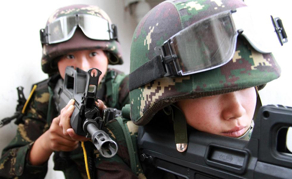 上合军演中方女特战队员特写 面容稚气未脱
