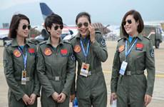 """中国空军女飞行员""""领舞""""航展"""