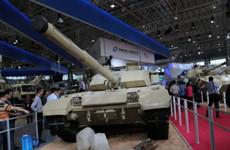 中国大批陆战武器亮相 全用沙漠涂装