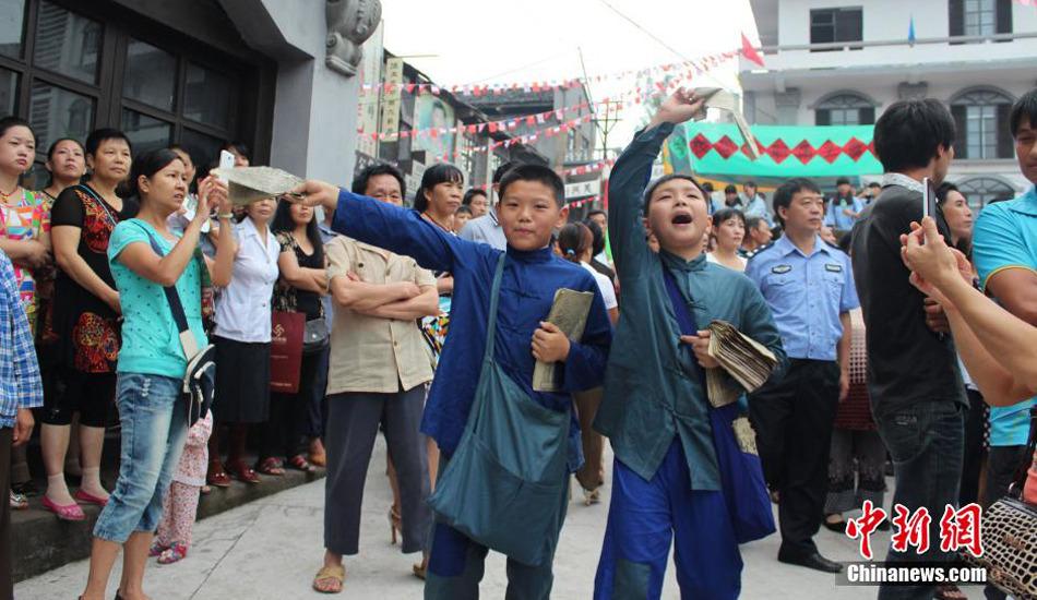 """重庆市民演绎""""抗日""""情景剧 纪念抗战胜利69周年"""