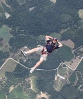 美国男子减肥后成为极限跳伞健将