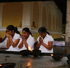 斯里兰卡:听经祷告
