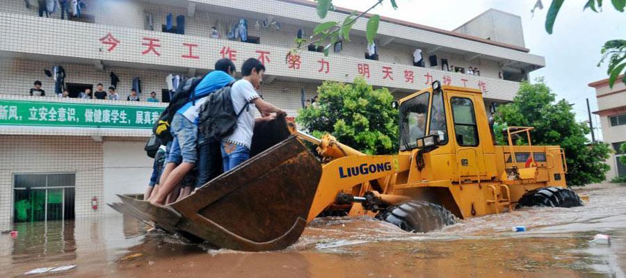 广安遭遇强暴雨袭击 装载机转移学生