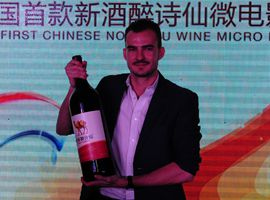 郭飞龙首映式现场展示红酒全新喝法