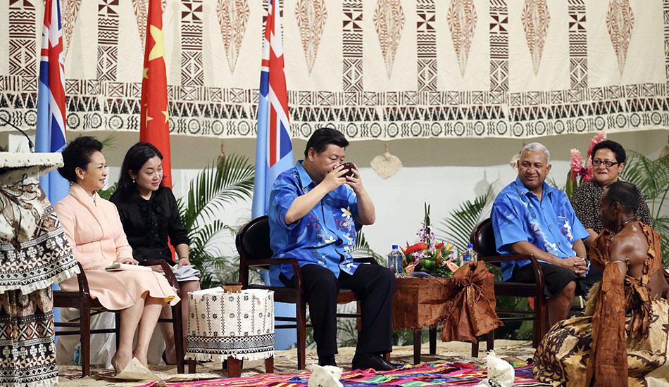 习近平出席斐济总理姆拜尼马拉马举行的传统欢迎仪式