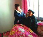 11岁领养女照顾瘫痪爷爷