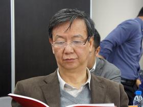 """<b>国务院发展研究中心原副主任卢中原:</b>目前中国经<br />济面临的形势是经济增速出现趋势性的放缓,而非短<br />期的下行压力,增长速度""""未来还会继续放缓""""。"""