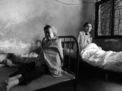 妹妹照顾两患病姐姐数十载