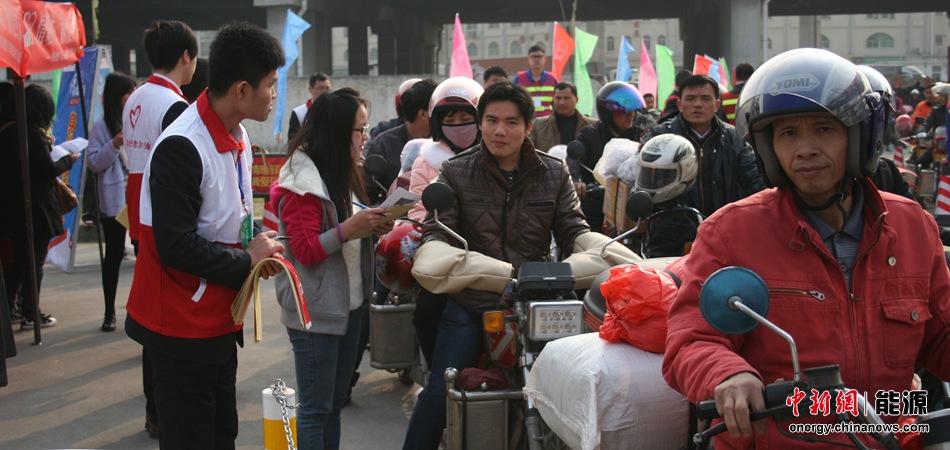 志愿者为返乡农民工提供服务