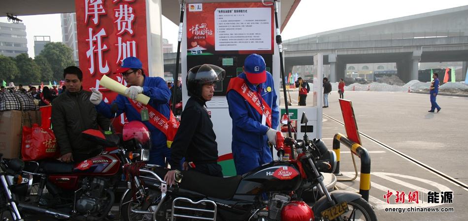 加油站工作人员为返乡农民工免费加油