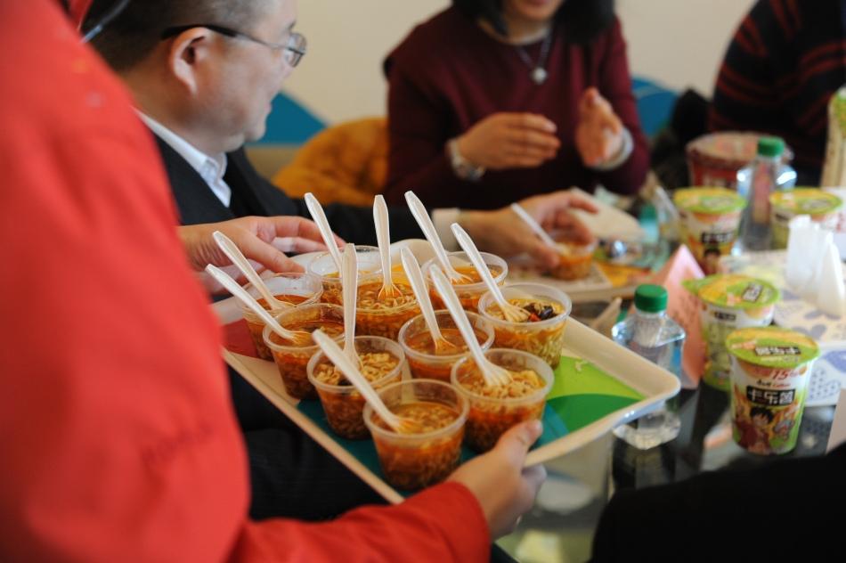 媒体探访团现场试吃康师傅方便面产品