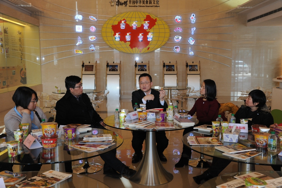 媒体探访团成员与康师傅营养学专家探讨食品安全等问题