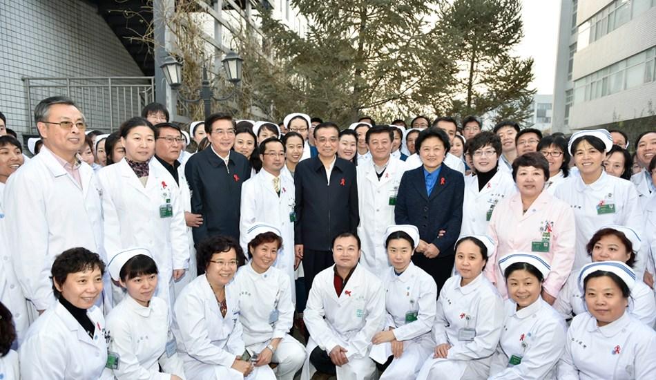 李克强在北京佑安医院考察艾滋病防治