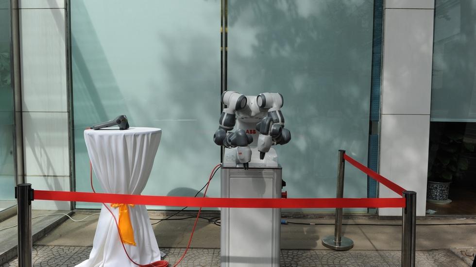 ABB研发的双臂机器人YuMi