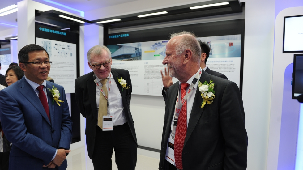 ABB中国总裁顾纯元(左)、ABB集团首席技术官Claes Rytoft(中)与嘉宾交流。