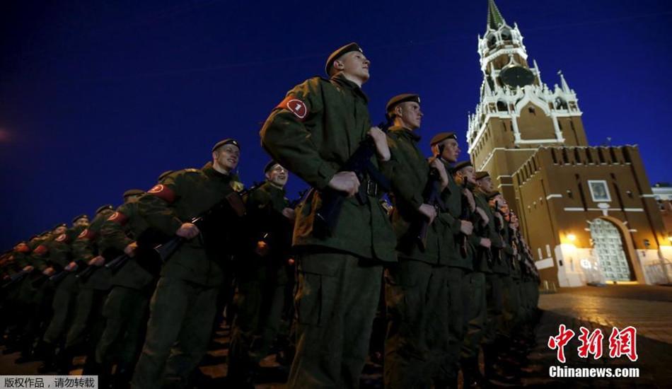 俄罗斯举行胜利日阅兵夜间彩排