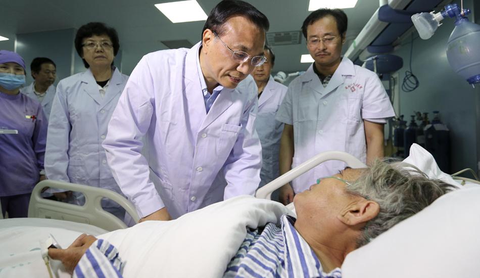 李克强总理看望获救老人
