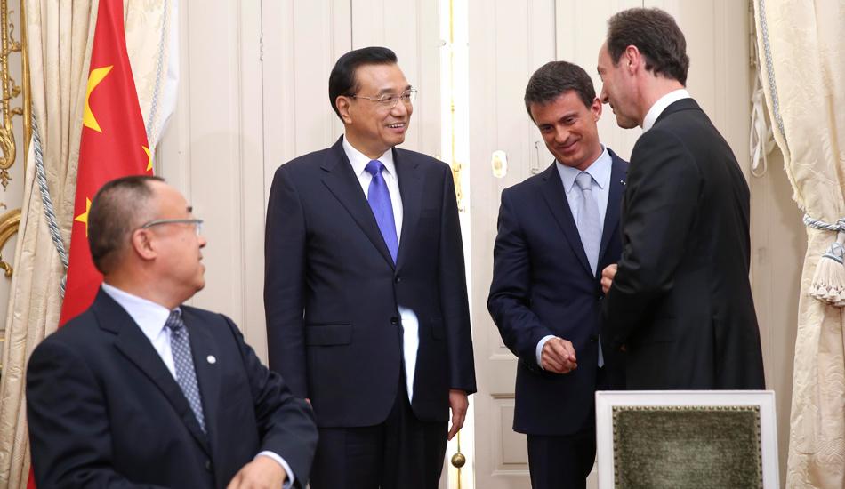 李克强同法国总理瓦尔斯见证双边合作文件的签署