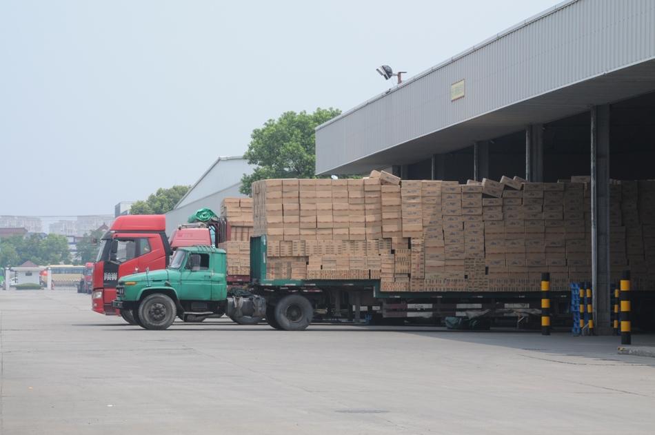 装满食品的货车正准备出厂