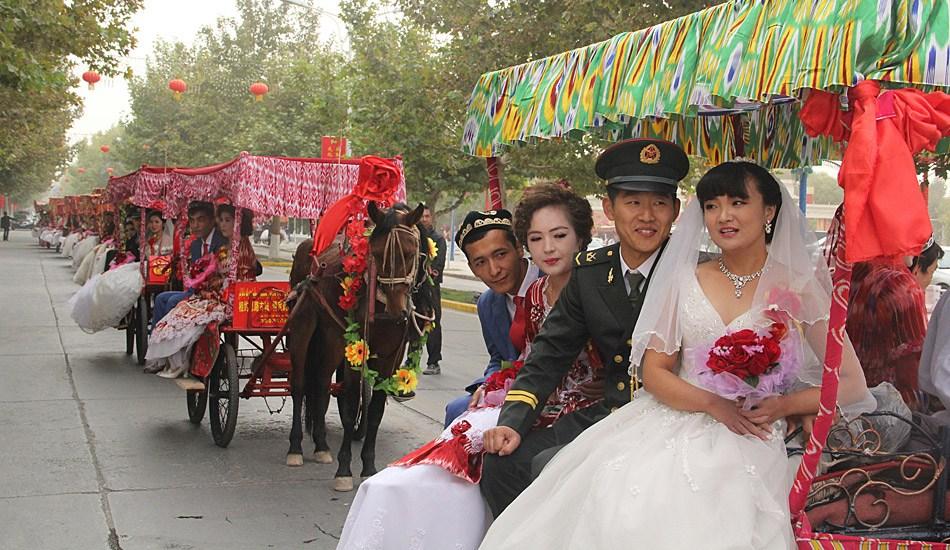 新疆喀什疏勒百对新人举行集体婚礼