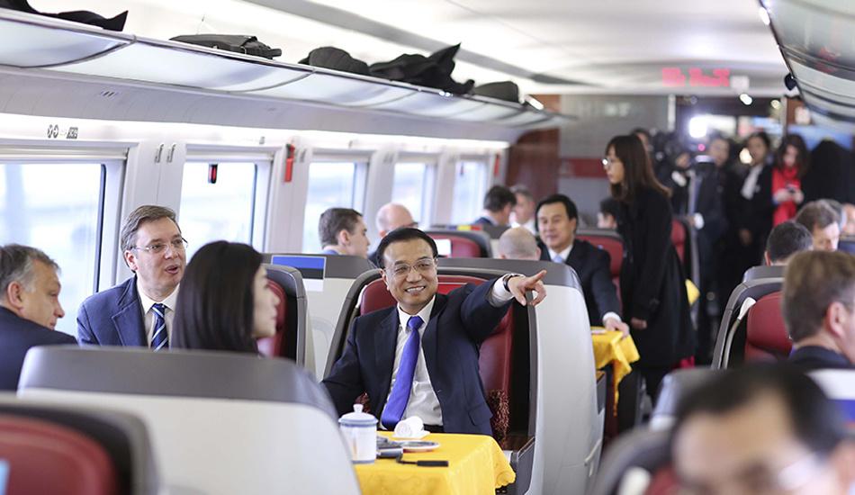 李克强与中东欧国家领导人共乘高铁