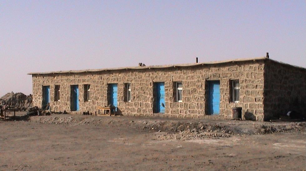 创业初期用盐块建起的办公室