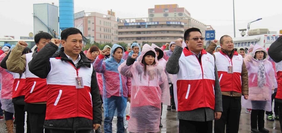 活动启动日,百名志愿者共同宣誓,尽其所能服务春节返乡务工人员。