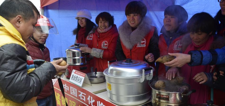 郴州隆武站连来返乡摩骑 连夜准备姜茶、玉米、红薯给返乡人员解饿充饥