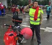 返乡务工人员戴上红色围巾