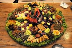 在云南的边境傣族、哈尼族、佤族逢年过节都会将家中最好吃的美食和美酒来招待最尊贵的客人,手抓饭原生态宴席吃的是福寿安康美食!