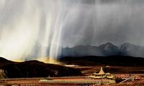 《冰雹后的塔公寺》摄影:黄兴元