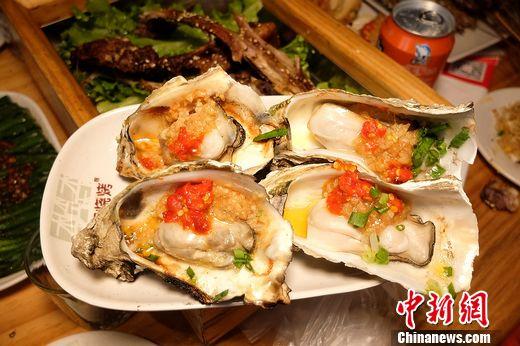 烤生蚝:木屋烧烤海鲜类非常值得一品,为什么?这里的烤海鲜用料有别于传统吃法,据店长介绍这是木屋烧烤独特的配料秘方。