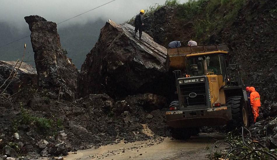 强降雨致湖北五峰道路塌方中断 抢险人员爆破清障