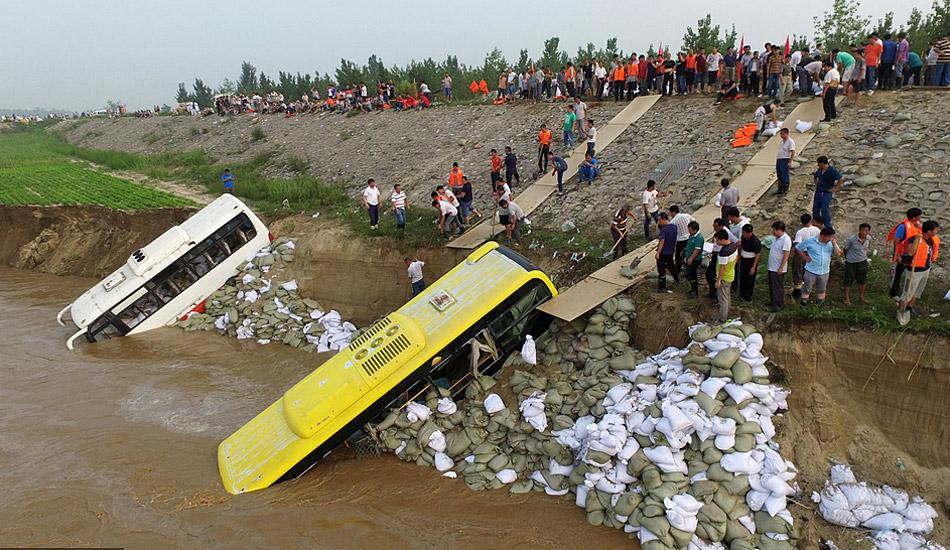 河北邢台堤坝告急 抗洪人员用大巴沉水筑堤